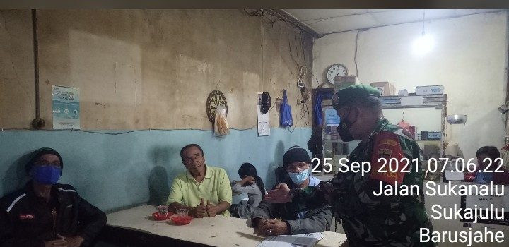 Babinsa Koramil 01/BJ Berikan Sosialisasi Prokes Kepada Warga di Warung Kopi