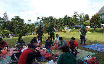 Babinsa Koramil 03/BT Himbau Pengunjung Wisata Bukit Kubu Untuk Mematuhi Prokes