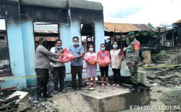 Babinsa Koramil 08/TB Serahkan Bantuan Sembako Kepada Korban Kebakaran