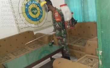 Babinsa Koramil 09/LB Rutin Semprotkan Disinfektan di Lingkungan Kerja Kantor