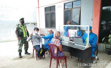 Babinsa Koramil 08/TB Amankan Proses Vaksinasi Kepada 120 Jemaat Katolik di Tigabinanga