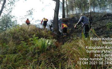 Babinsa Koramil 02/TP Bersama Tim Gabungan Berupaya Padamkan Api Karhutla