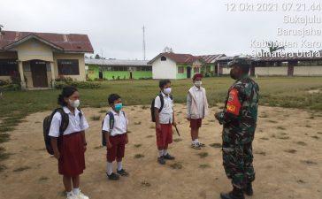 Babinsa Koramil 01/BJ Himbau Anak Sekolah Dasar Barusjahe Untuk Turut Mematuhi Prokes Saat Ke Sekolah