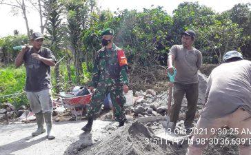 Babinsa Koramil 02/TP Menghimbau Warga yang Sedang Bergotong Royong Tetap Gunakan Masker