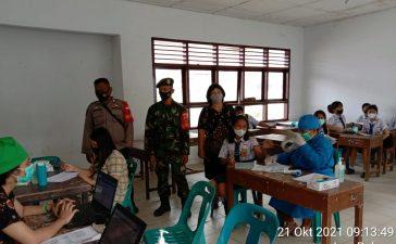 Babinsa Koramil 09/LB Awasi Proses Vaksinasi Pelajar SMPN 1 Laubaleng