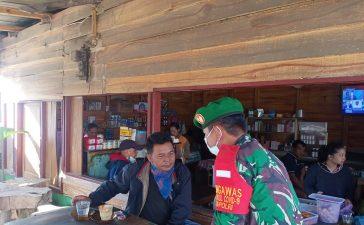 Babinsa Koramil 04/SE Himbau Warga yang Akan Beraktivitas di Tempat Keramaian