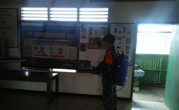 Babinsa Koramil 04/SE Semprotkan Disinfektan di Lingkungan Kerja Kantor