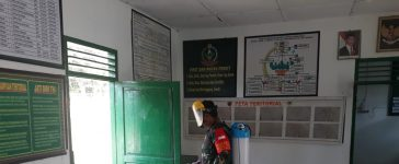 Babinsa Koramil 07/JH Semprot Wilayah Kantor dengan Cairan Disinfektan Untuk Menjaga Kesehatan dan Kebersihan