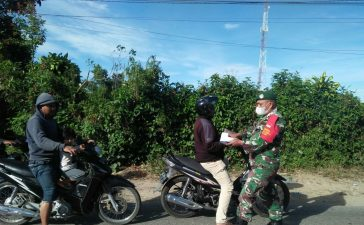 Babinsa Koramil 04/SE Bagikan Masker dan Himbau Pengguna Jalan Desa Ndokum Siroga