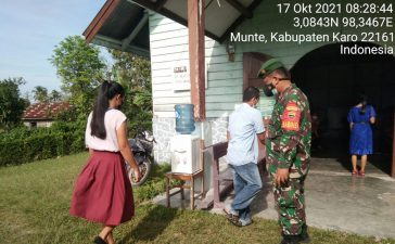 Babinsa Koramil 06/Munte Berikan Himbauan Prokes Kepada Jemaat yang Beribadah di Gereja