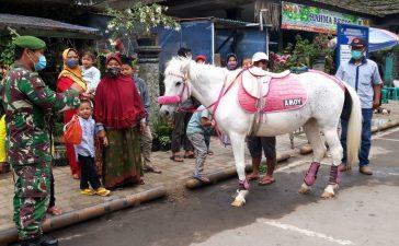 Babinsa Koramil 03/BT Himbau Pengunjung Pasar Buah Berastagi Tetap Patuhi Prokes