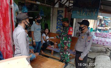 Babinsa Koramil 09/LB Himbau Masyarakat yang Sedang Duduk di Warung Kopi Untuk Memakai Masker