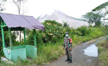 Babinsa Koramil 04/SE Himbau Warga Untuk Tetap Hindari Zona Merah Gunung Sinabung