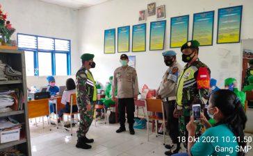 Babinsa Koramil 08/TB Dampingi Proses Vaksinasi Pelajar di Tigabinanga