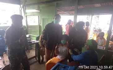 Babinsa Koramil 01/BJ Laksanakan Pendampingan Vaksinasi Kepada Masyarakat dan Pelajar