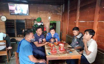Babinsa Koramil 02/TP Lakukan Sosialisasi Prokes Kepada Warga yang Berkumpul di Warung