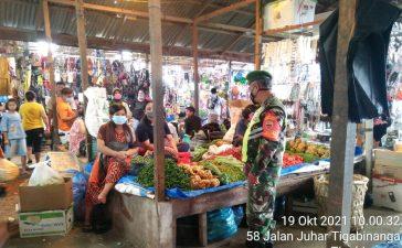 Masyarakat yang Berbelanja di Pasar Tradisional Kecamatan Tigabinanga di Himbau Babinsa Koramil 08/TB