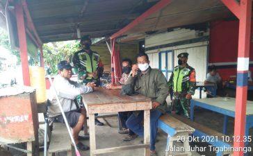 Babinsa Koramil 08/TB Sosialisasikan Prokes Kepada Pengunjung Warung Kopi di Tigabinanga