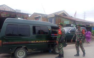 Babinsa Koramil 04/SE Tegakkan Prokes Kepada Pengguna Jalan Desa Ndokum Siroga