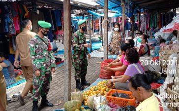 Pedagang dan Warga di Pasar Tradisional Mardinding Mendapat Himbauan Prokes dari Babinsa Koramil 09/LB
