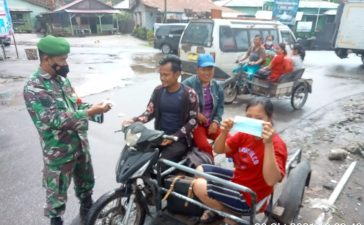 Babinsa Koramil 02/TP Himbau Warga Pengguna Jalan Untuk Mematuhi Prokes