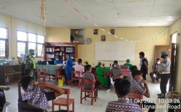 Babinsa Koramil 08/TB Awasi Vaksinasi Dua Sekolah Tingkat SMA di Tigabinanga