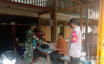 Babinsa Koramil 09/LB Berikan Sosialisasi Prokes Kepada Warga Di Warung Kopi