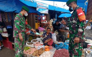 Masyarakat di Pasar Tradisional Tiganderket Mendapat Himbauan dari Babinsa Koramil 05/PY