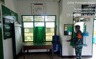 Babinsa Koramil 07/JH Semprotkan Disinfektan di Wilayah Kantor Untuk Jaga Kesehatan