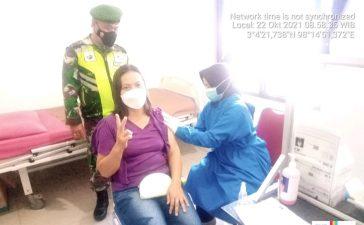 Babinsa Koramil 08/TB Laksanakan Pendampingan Vaksinasi Pelajar dan Pedagang Tigabinanga