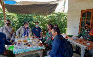 Babinsa Koramil 02/TP Sosialisasi Prokes Agar Tetap dijalankan Pengunjung Warung Kopi