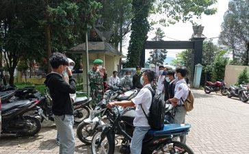 Babinsa Koramil 03/BT Himbau Wisatawan di Gundaling Berastagi Patuhi Prokes