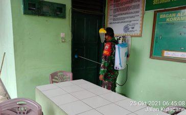 Babinsa Koramil 09/LB Laksanakan Penyemprotan Disinfektan di Lingkungan Kerja