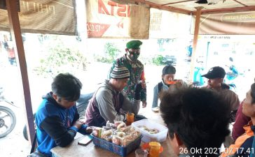Babinsa Koramil 02/TP Laksanakan Komsos Kepada Warga di warung Kopi