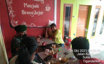 Babinsa Koramil 05/PY Laksanakan Komsos Kepada Masyarakat Binaan yang Berada di Warung Kopi