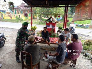 Babinsa Koramil 01/BJ Laksanakan Himbauan Prokes Kepada Warga di Warung Kopi Tetap Mematuhi Prokes