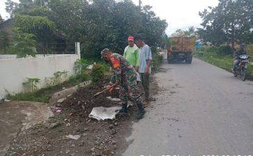 Babinsa Koramil 05/PY Ajak Warga Bergotong Royong Bersihkan Lingkungan Rumah